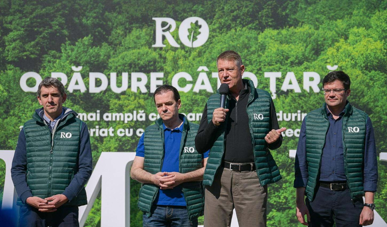 """Klaus Iohannis a plantat un stejar, la debutul campaniei """"O pădure cât o țară"""""""