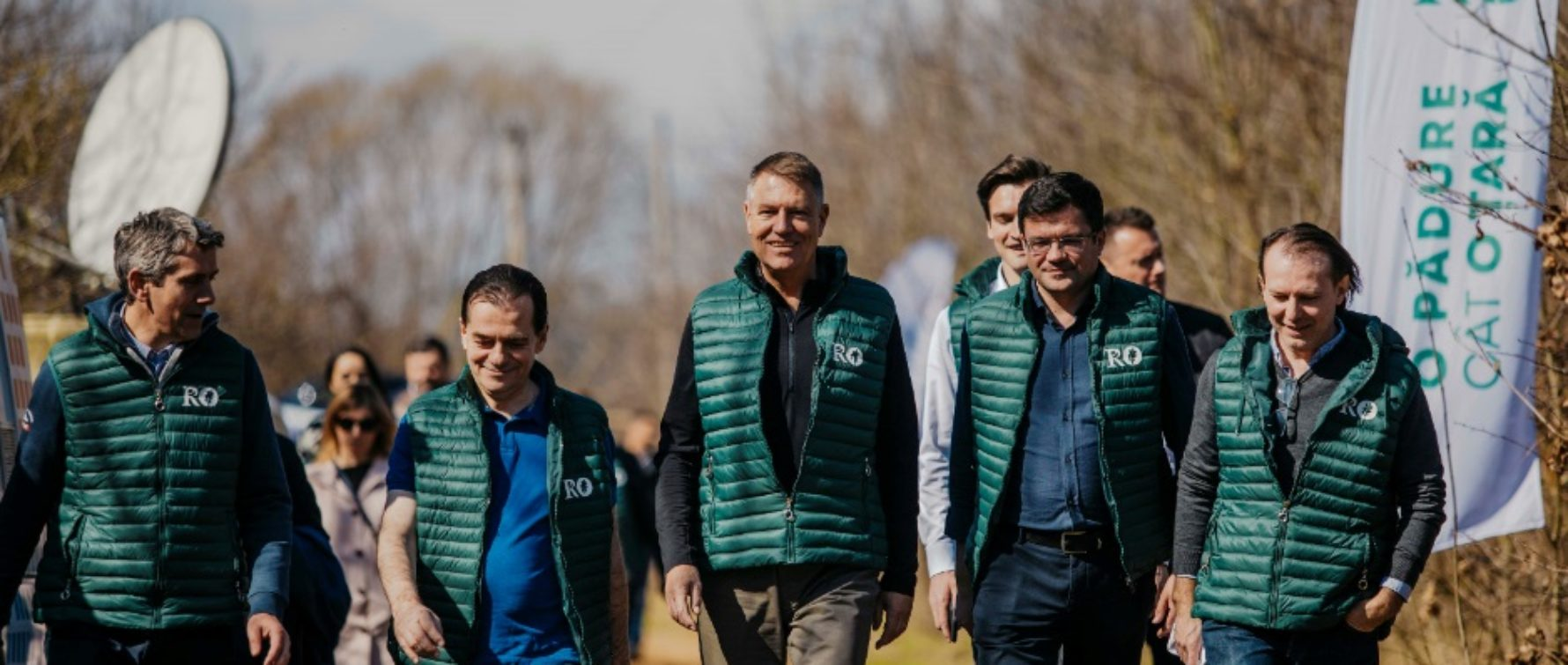 Klaus Iohannis a plantat un copac în judeţul Dâmboviţa: Pădurea trebuie protejată. Este inadmisibil ca în secolul XXI să mai avem tăieri ilegale masive